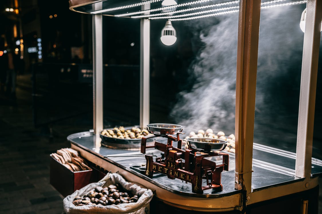 Essen kocht in Outdoor Küche
